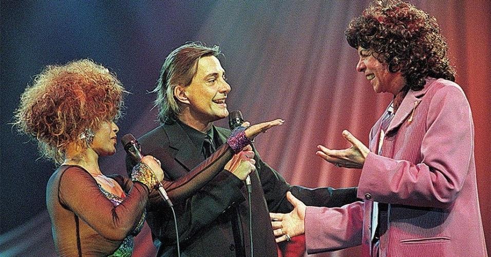 """O cantor Fábio Jr. com Elza Soares e Cauby Peixoto durante gravação do especial """"Fábio Jr. e Elas"""", na Rede Record, em 1998"""