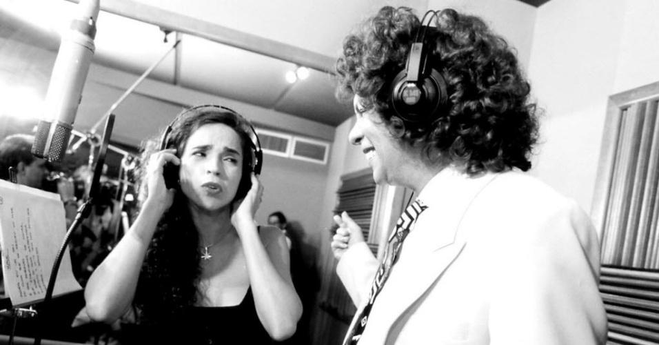 Os cantores Cauby Peixoto e Daniela Mercury no estúdio, em 1995.