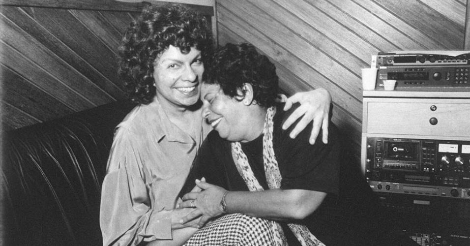 Os cantores Cauby Peixoto e Nana Caymmi no estúdio, em 1995.