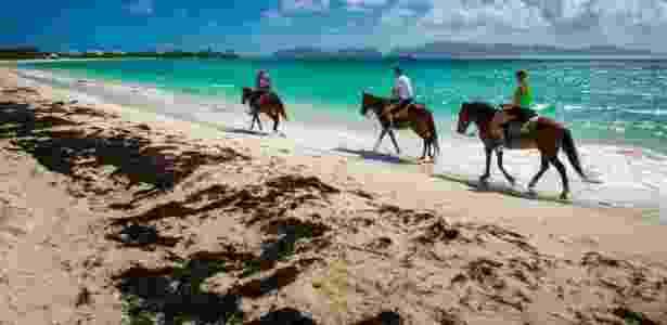Passeios de cavalo pela praia estão entre as atrações de Anguilla, no Caribe - Chris Carmichael/The New York Times