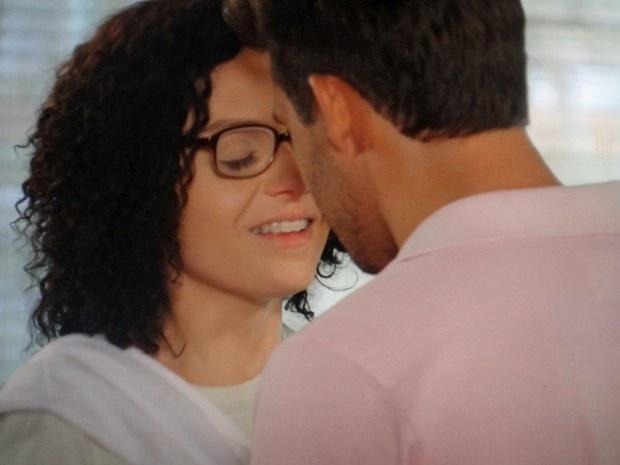 Sem saber que está diante de seu amor de juventude, Ricardo (Nando Rodrigues) tenta beijar Cidinha (Monica Iozzi) em