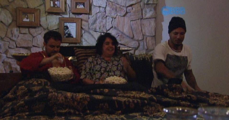 """2.mar.2015 - Adrilles, Mariza e Fernando aproveitam cinema do líder no """"BBB15"""""""