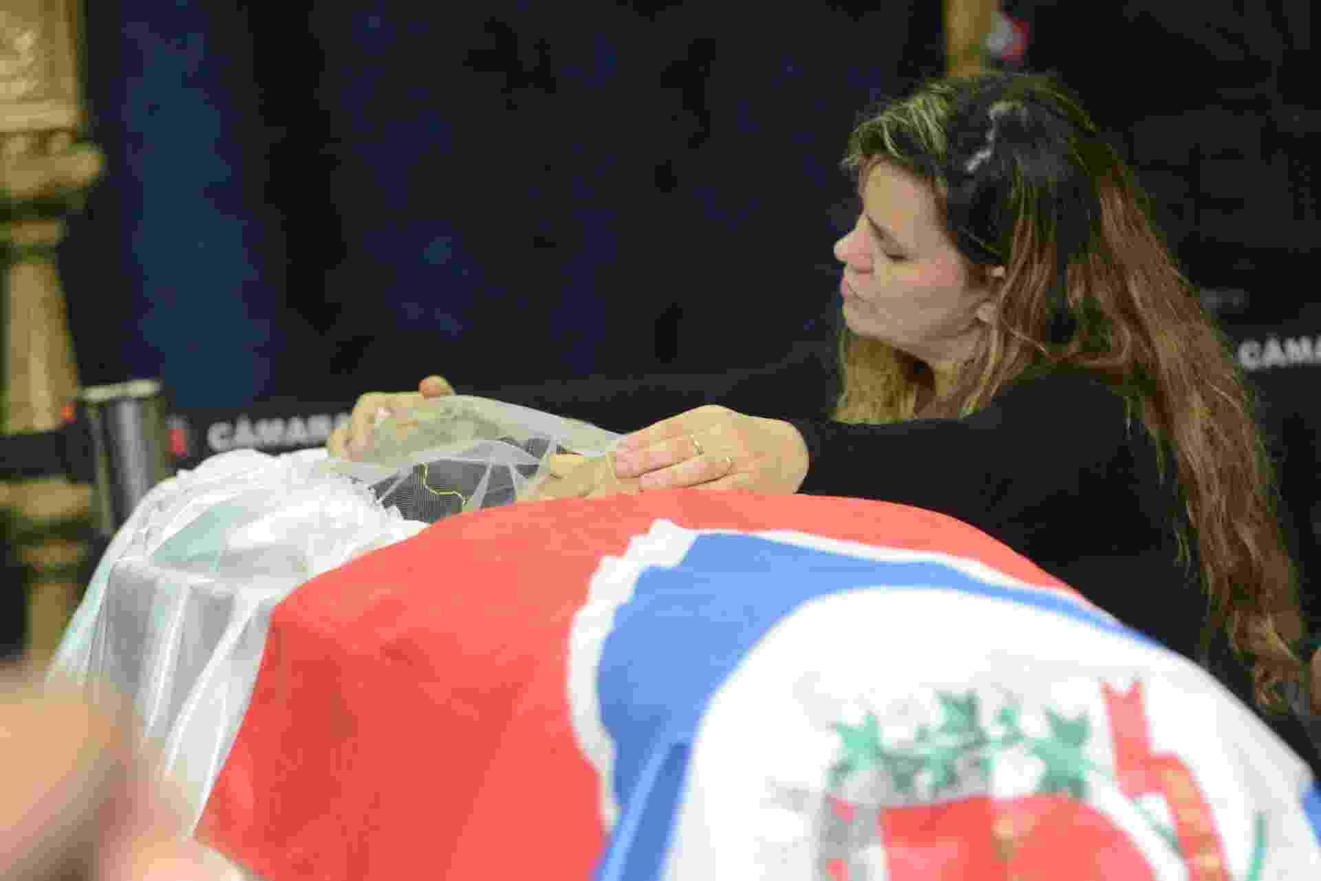 3.mar.2015 - Berenice Martins Alves do Santos, mulher de José Rico, ao lado do caixão do músico em Americana (SP) - Fernando Rosolen/UOL