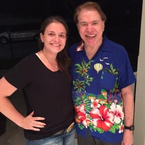 A produtora Camila Calasso e Silvio Santos, com sua famosa camisa - Arquivo pessoal