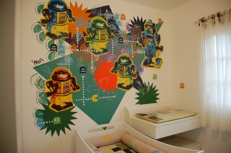álbum com grafites para o quarto adolescente   Quando o filho do casal de arquitetos Carina Pederzoli e Rodrigo Amaral, da Dos Mundos Creations, estava para nascer, eles resolveram criar um quarto que atravessasse várias fases da vida, daí surgiu a ideia do grafite com robôs, feito por Arnaldo Degaspari