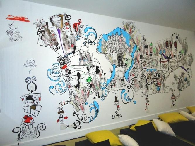 álbum com grafites para o quarto adolescente   Marcelo Zuffo (www.vioti.com.br/clientes/marcelo-zuffo) executou o grafite deste quarto de brincar de três garotas, que moraram fora do Brasil por um tempo. O projeto de interiores do ambiente foi assinado por Olegário Sá e Gil Cioni (www.saecioni.com.br)