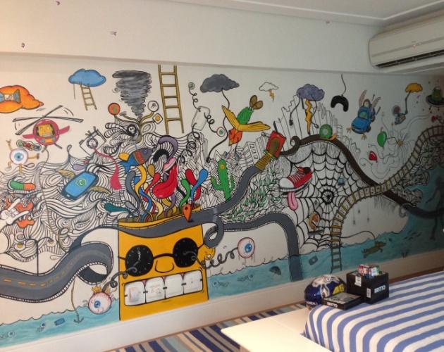álbum com grafites para o quarto adolescente | A designer Jóia Bergamo (joiabergamo.com.br) incumbiu a dupla Érico Bomfim e David Prieto de criar uma parede grafitada no quarto de um garoto de dez anos que adora tocar guitarra e jogar futebol e videogame