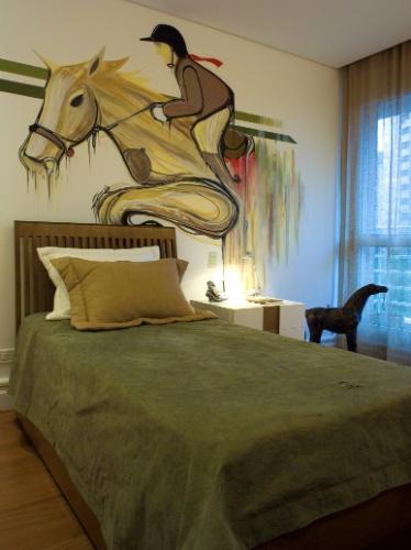 álbum com grafites para o quarto adolescente | O quarto foi concebido para um adolescente que monta cavalos e salta desde os quatro anos, pela designer de interiores Noura Van Dijk (www.interiordesign.com.br). O grafiteiro Zezão (www.facebook.com/zezao) foi o responsável pelo desenho