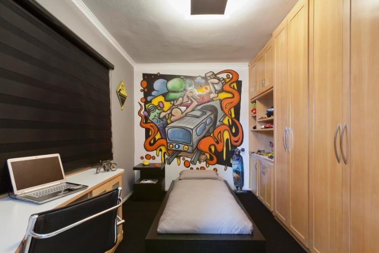 álbum com grafites para o quarto adolescente   Para personalizar o quarto de um garoto que tem como hobby o skate, a arquiteta Mayra Lopes (mayralopes.com.br/novosite) teve a ideia de valorizar a arte urbana, encomendando um mural ao grafiteiro Luís Antonio Borges, o Luisito (www.facebook.com/luisantonioborgesluisito)
