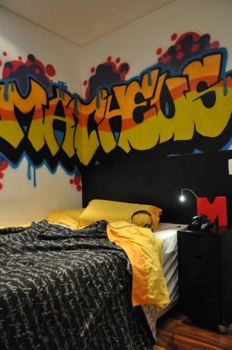 álbum com grafites para o quarto adolescente | O dono deste quarto, um garoto de 14 anos, fez o croqui do desenho que decora uma das paredes do ambiente. A execução foi do grafiteiro Rafael Barros. O projeto de interiores do espaço foi assinado pela arquiteta Cris Schiavoni