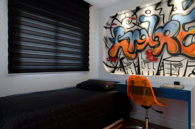 álbum com grafites para o quarto adolescente   Ao visitar o escritório da arquiteta Érica Salguero (www.ericasalguero.com.br), o primeiro pedido do dono deste quarto, um menino de 15 anos apaixonado por arte urbana, foi um grafite na parede. A ideia foi projetar um ambiente despojado e moderno que tivesse uma pitada da cor preta. A profissional sugeriu o grafite executado no painel de gesso, com o nome do garoto, pela ONG Projeto Quixote (www.projetoquixote.org.br)