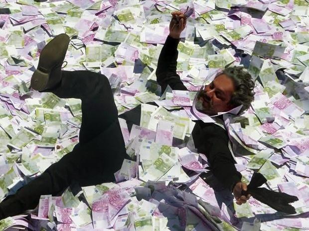 José Alfredo nada em piscina cheia de notas de euro