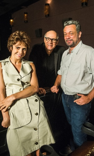 """Marcos Caruso encontra o barbeiro Tião (Marcio Vito) com a esposa (Renata Gaspar) em """"A Vingança dos Famosos"""""""
