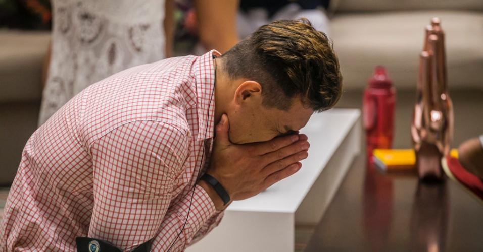 3.mar.2015 - Emocionado, Cézar comemora permanência na casa após paredão no qual Talita foi eliminada. Luan também estava na disputa
