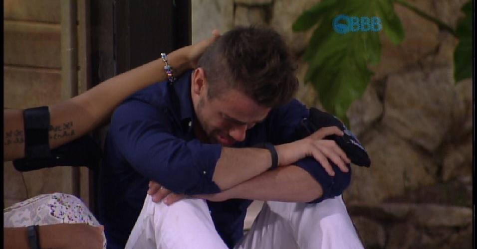 3.mar.2015 -  Rafael chora com eliminação de Talita e pede para ficar um pouco sozinho