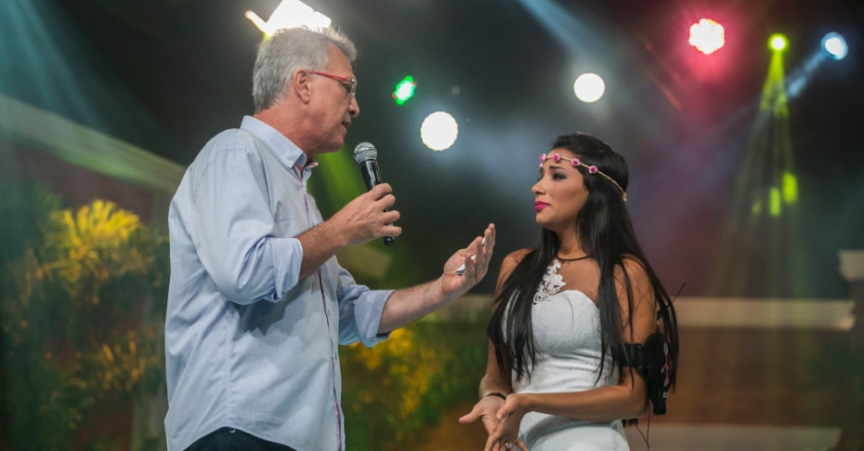 """3.mar.2015 - Talita conversa com Pedro Bial após deixar a casa do """"BBB15"""". Ela foi a sexta eliminada da edição"""