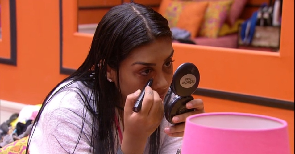 "4.mar.2015 - Amanda se maquia no quarto do ""BBB15"""