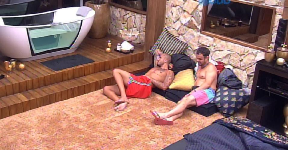 4.mar.2015 - Rafael, Fernando e Adrilles conversam sobre jogo no quarto do líder