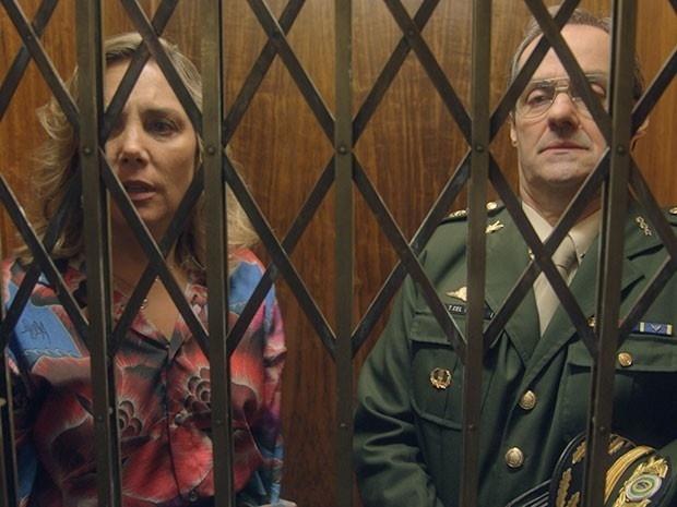 Beatriz e Elísio ficam presos em elevador e se beijam em