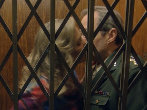Beatriz e Elísio ficam presos em elevador e se beijam na novela