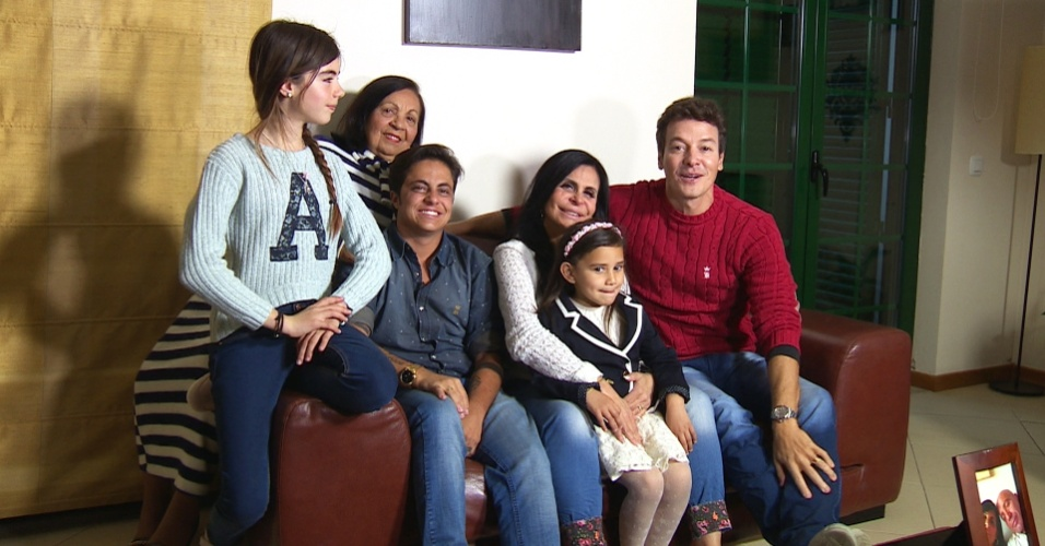 """março - Rodrigo Faro visita Gretchen em Portugal e posa ao lado da família da """"rainha do bumbum"""""""