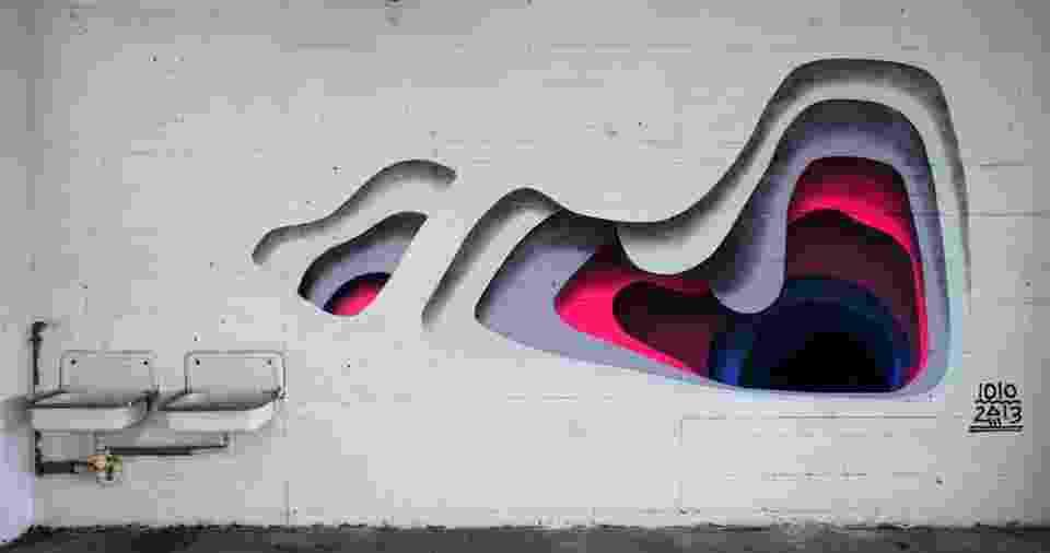 Os portais geométricos de 1010  - De Hamburgo, o casal Eva e Franco Mattes usam princípios da geometria como base de suas experimentações nas ruas, onde transporta o espectador através de suas camadas coloridas. Para onde o portal vai te levar? Só seguindo os traços para saber - Divulgação/facebook.com/1010art