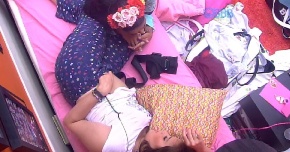 """5.mar.2015 - Amanda brinca com Tamires após dentista reclamar que sua barriga está estufada: """"Olha, é um ET"""""""