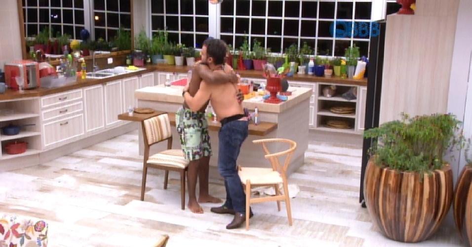 5.mar.2015 - Após toda a confusão, Luan e Adrilles acabam com o desentendimento após um abraço.