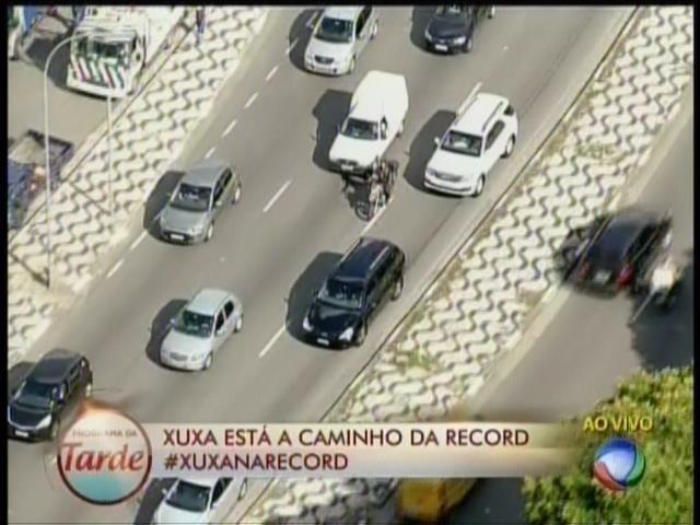 5.mar.2015 - Carro com Xuxa é escoltado em sua ida para os estúdios da Record