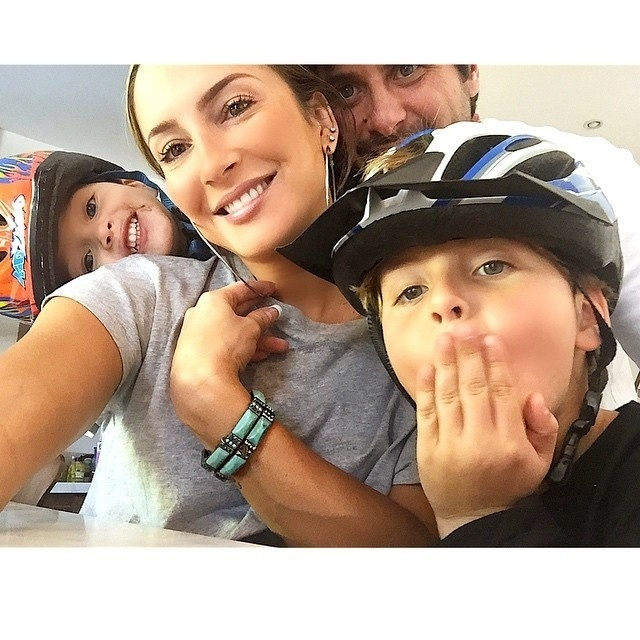 5.mar.2015 - Claudia Leitte posa em momento família e se derrete pelo marido, Márcio Pedreira, e pelos filhos, Davi e Rafael