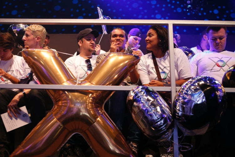 5.mar.2015 - Dentro da sede da Record, em São Paulo, fãs aguardam chegada de Xuxa com balões
