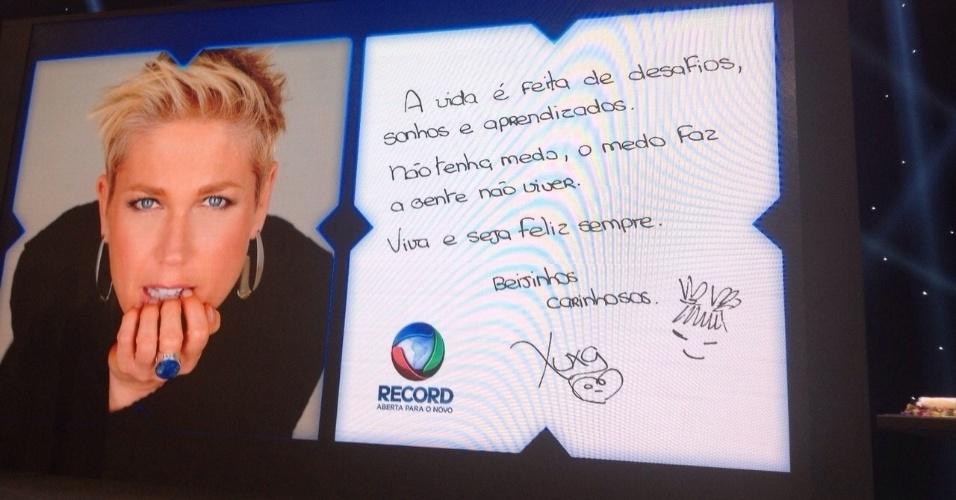 """5.mar.2015 - Durante coletiva de Xuxa na Record, é exibido painel com mensagem da apresentadora, que diz: """"A vida é feita de desafio, sonhos e aprendizados. Não tenha medo, o medo faz a gente não viver. Viva e seja feliz sempre"""""""