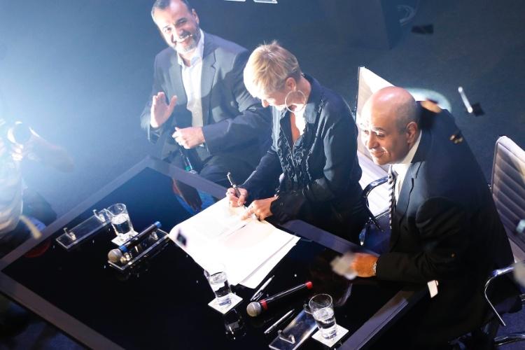 5.mar.2015 - Em coletiva de imprensa, Xuxa assina contrato com a Record na sede da emissora, em São Paulo