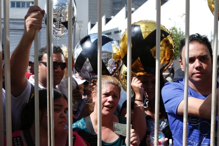 5.mar.2015 - Fãs se aglomeram em frente à sede da Record, no bairro da Barra Funda, em São Paulo, para acompanhar chegada de Xuxa à emissora