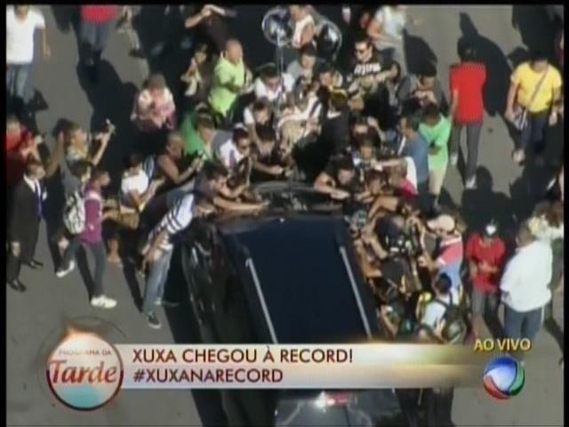 5.mar.2015 - Fãs se aglomeram no carro de Xuxa para entregar presentes e tirar fotos