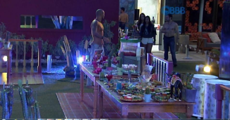5.mar.2015 - Fernando, Adrilles, Luan e Tamires voltam para a festa para comer mais um pouco