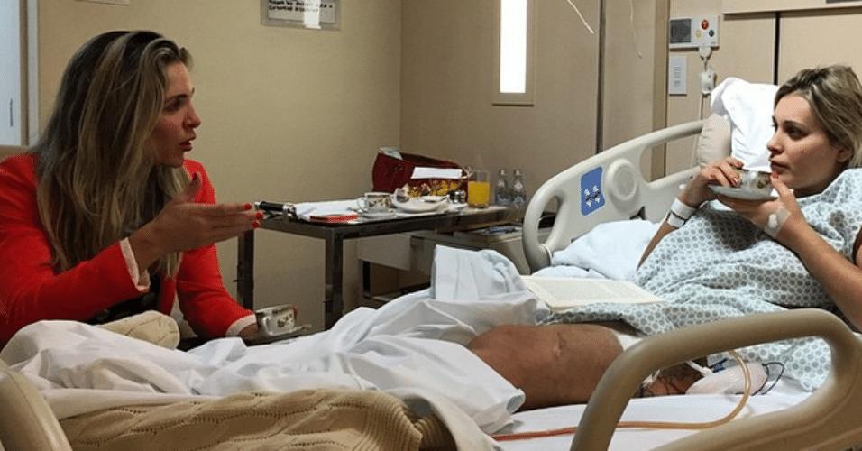 5.mar.2015 - Joana Machado faz visita a Andressa Urach no hospital Alvorada, em São Paulo, tomam café juntas e conversam. A imagem foi postada no Instagram pelo assessor da ex-candidata a Miss Bumbum