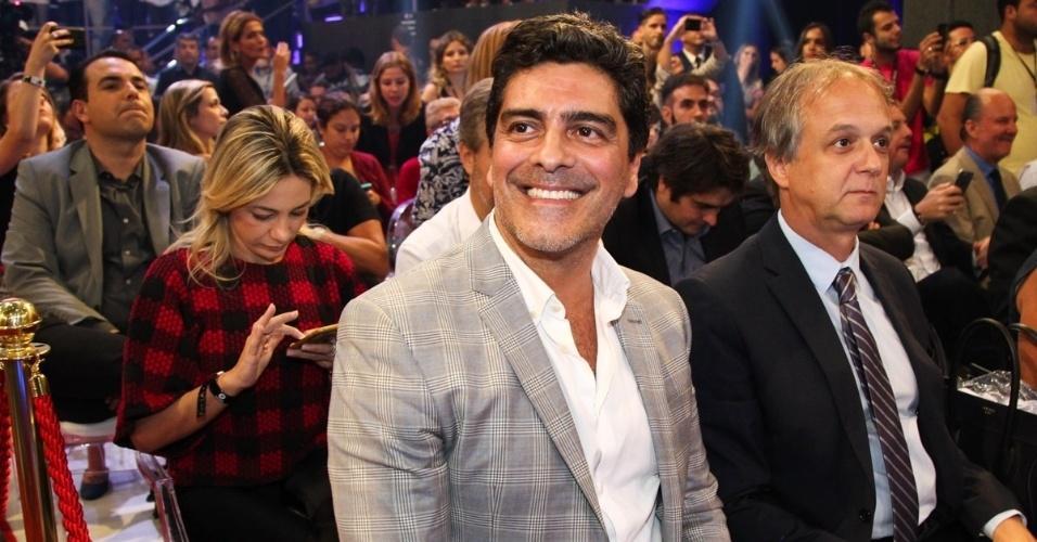 5.mar.2015 - Junno, namorado de Xuxa, é flagrado sorridente no estúdio da Record