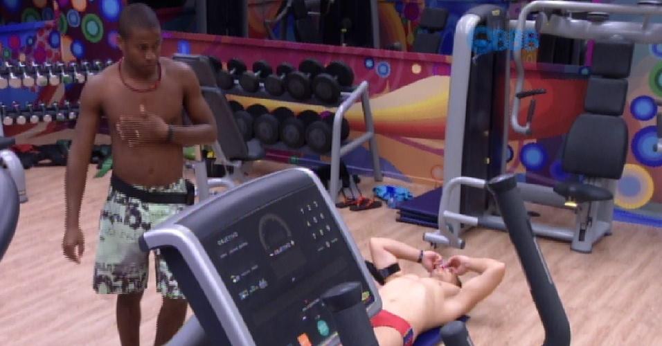 "5.mar.2015 - Luan critica amanda em conversa na academia do ""BBB15"""