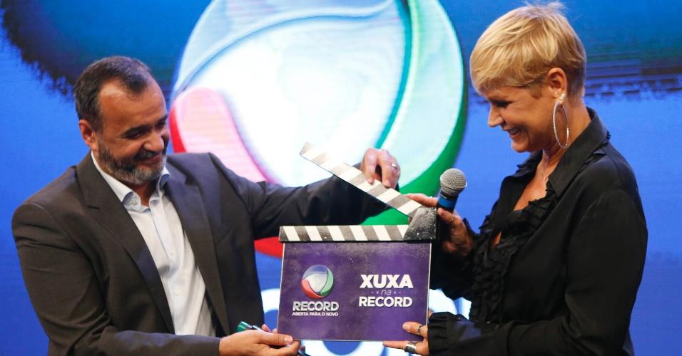 5.mar.2015 -  Marcelo Silva, vice-presidente da Record, e Xuxa, a nova contratada da emissora