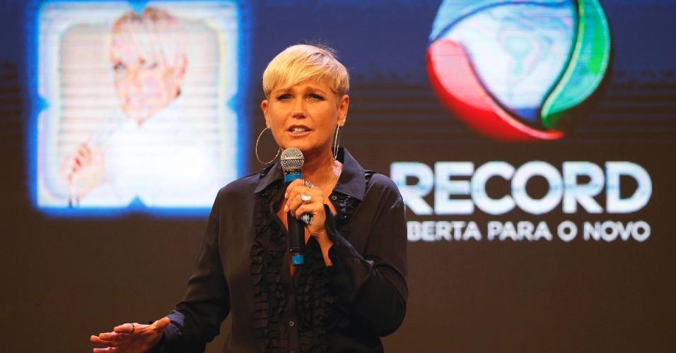 5.mar.2015 - Na sede da Record, Xuxa comenta ida para emissora e diz que será feliz na nova casa