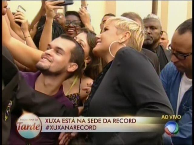 5.mar.2015 - Simpática, Xuxa faz selfie ao chegar na sede da Record em São Paulo