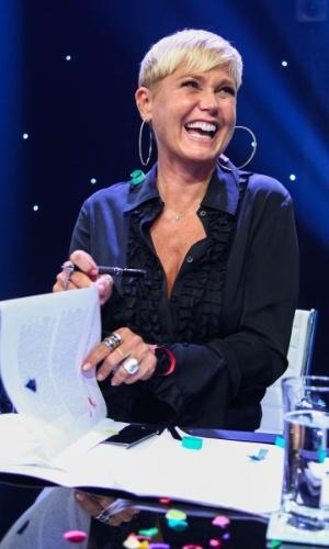5.mar.2015 - Sorridente, Xuxa assina contrato com a Record na sede da emissora, em São Paulo
