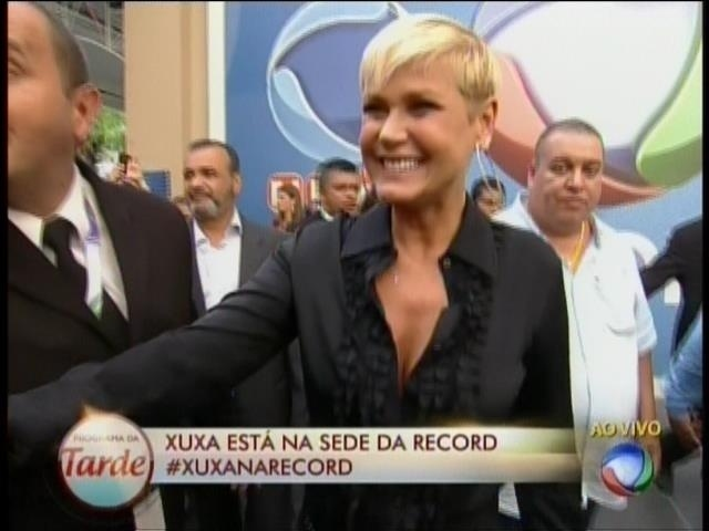5.mar.2015 - Sorridente, Xuxa chega à sede da Record, em São Paulo, para assinar contrato com a emissora
