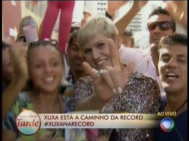 5.mar.2015 - Sósia da Xuxa aguarda a chegada da apresentadora na porta da Record