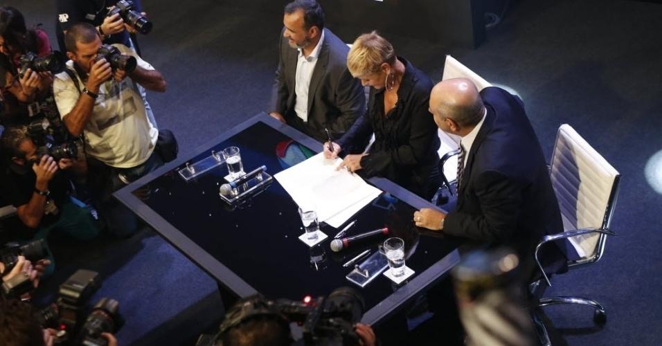 5.mar.2015 - Xuxa assina contrato com a Record na sede da emissora, em São Paulo