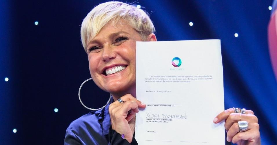 """5.mar.2015 - Xuxa assina contrato com a Record na sede da emissora, em São Paulo. """"Sou turrona para mudar. Com certeza serei feliz"""", disse"""