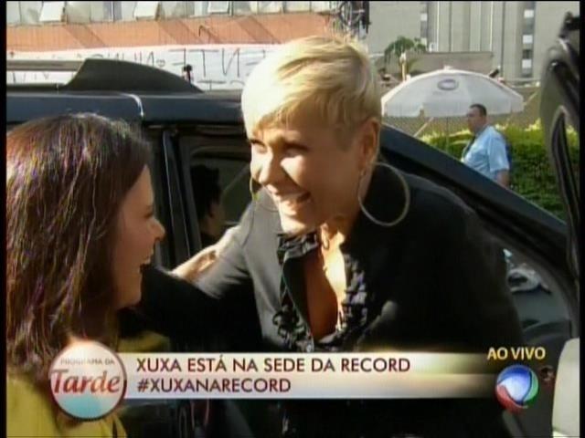 5.mar.2015 - Xuxa chega bastante sorridente na Record para ser anunciada como nova contratada da emissora