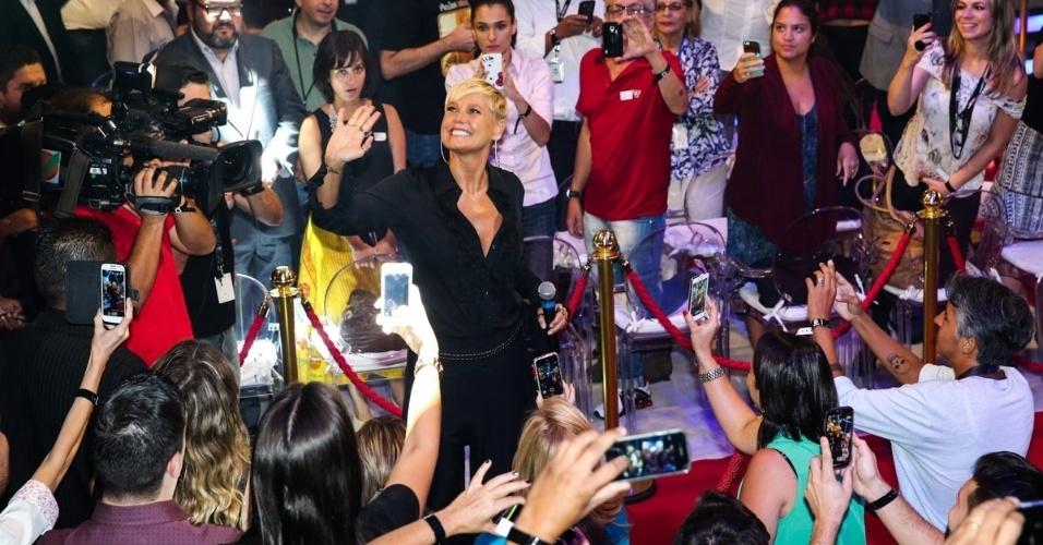 5.mar.2015 - Xuxa desfila em tapete vermelho montado especialmente para ela na sede da Record e é cercada por câmeras