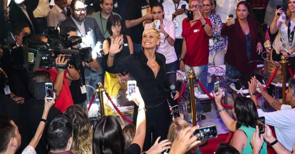 5.mar.2015 - Xuxa é cercada por flashes ao chegar para a coletiva de imprensa na Record